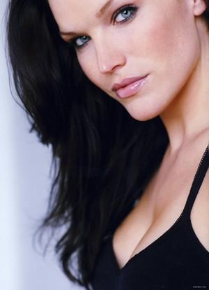 Karen Cliche as Lexa Pierce