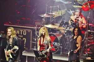 Lzzy Hale, Lita Ford and Dorothy in a concierto in New York City