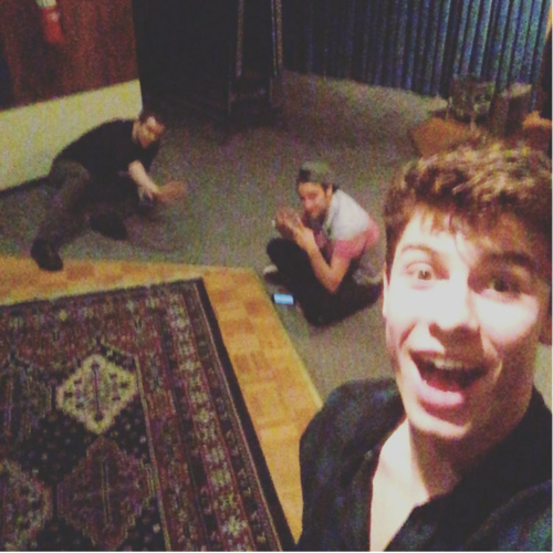 Shawn Mendes 壁纸 possibly containing a family room titled shawn mendes ♡♡