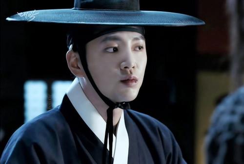 Jang Geun Suk Hintergrund probably containing a fedora, a boater, and a porkpie titled Baek Dae Gil (The royal gambler)