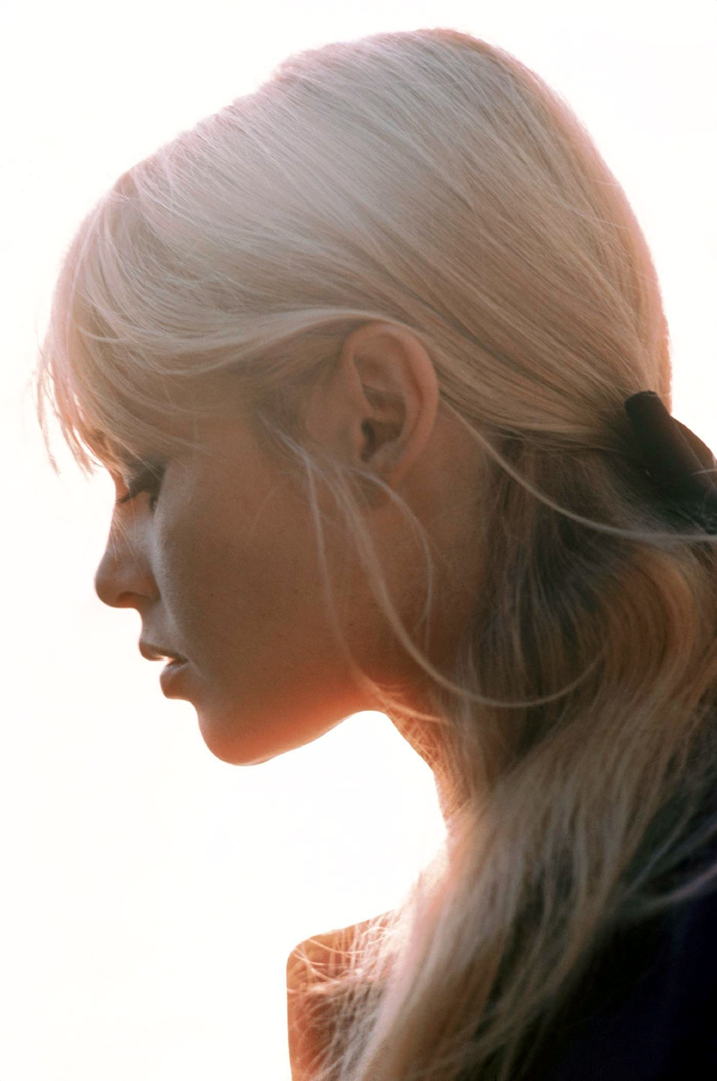 Фото на аву блондинка в профиль
