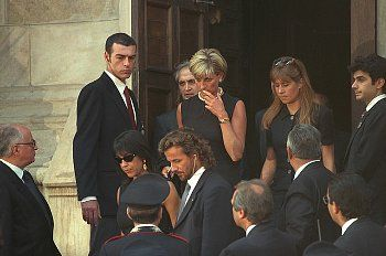 célébrités mortes jeunes fond d'écran containing a business suit and a suit entitled Gianni Versace funeral