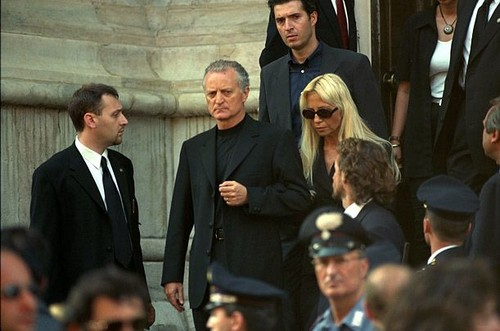 célébrités mortes jeunes fond d'écran containing a business suit called Gianni Versace funeral