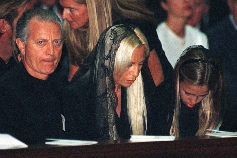 beroemdheden who died young achtergrond probably containing a portrait titled Gianni Versace funeral
