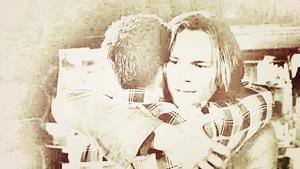 Sam/Dean karatasi la kupamba ukuta - Hug