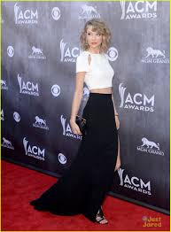 taylor snel, swift in black rok and white top, boven