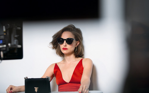 Natalie Portman karatasi la kupamba ukuta with sunglasses called Dior Rouge (2016)