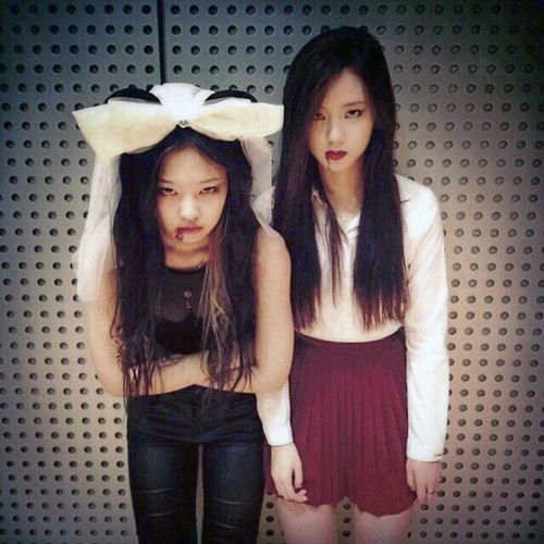 Black 粉, 粉色 壁纸 probably containing long trousers, a pantleg, and an outerwear called Jennie Kim