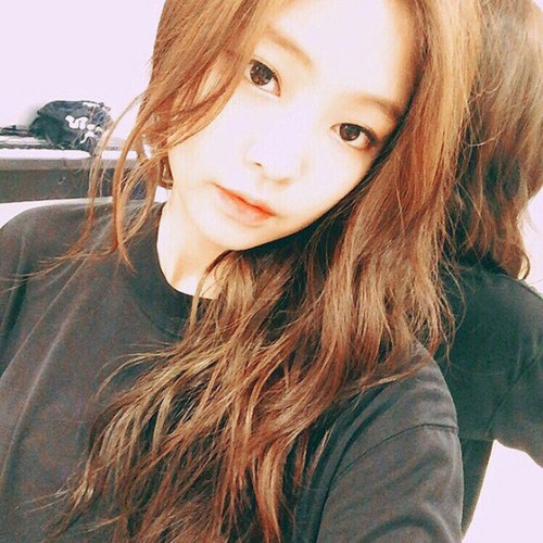 Black rosa Hintergrund containing a portrait entitled Jennie Kim