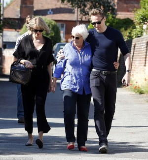 35A4914E00000578 3659430 Back ہوم Tom s mother appeared thrilled to see her actor son wh a 97 14668