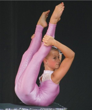 Contortionist in roze
