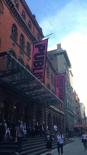 Exclusive: Daniel Radcliffe Stage 显示 'Privacy'. (Fb.com/DanielJacobRadcliffeFanClub)