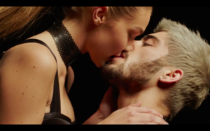 Gigi in Zayn's Pillowtalk 음악 Video