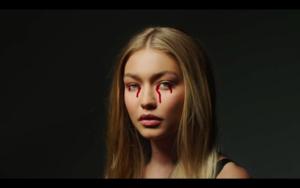 Gigi in Zayn's Pillowtalk संगीत Video