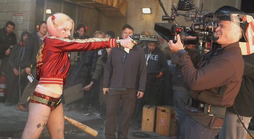 Suicide Squad fondo de pantalla entitled Margot Robbie as Harley Quinn ~ Behind-The-Scenes