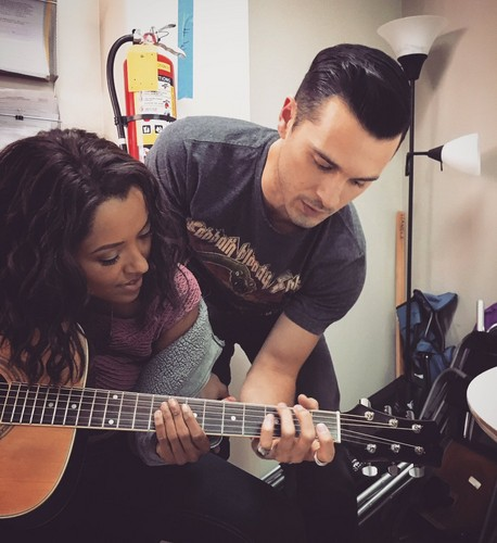 Michael Malarkey দেওয়ালপত্র containing a guitarist entitled Michael Malarkey Twitter pics