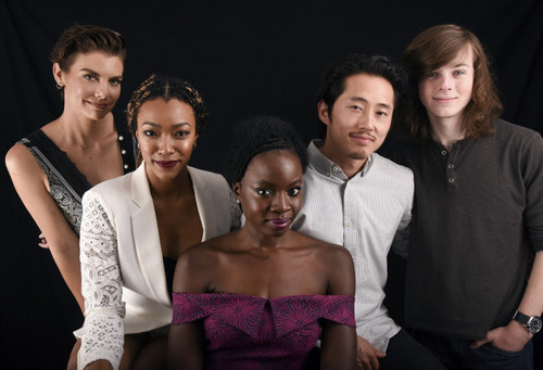 The Walking Dead پیپر وال possibly containing a bridesmaid and a portrait called The Walking Dead Cast @ Comic-Con 2016
