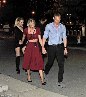 Tom and Taylor leaving Selena Gomez's buổi hòa nhạc 6/21