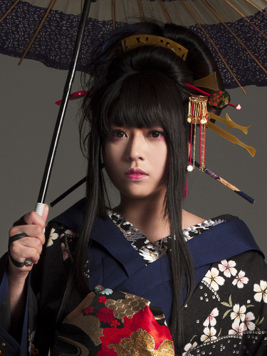 Wagakki Band achtergrond containing a parasol called Yuko Suzuhana
