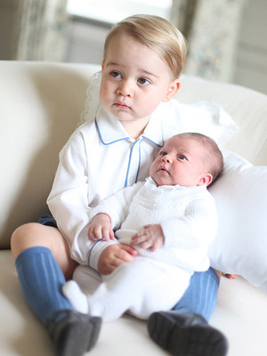 prince George holding his Sister 샬럿, 샬 롯