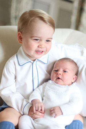 prince George holding his sister Princess シャルロット, シャーロット