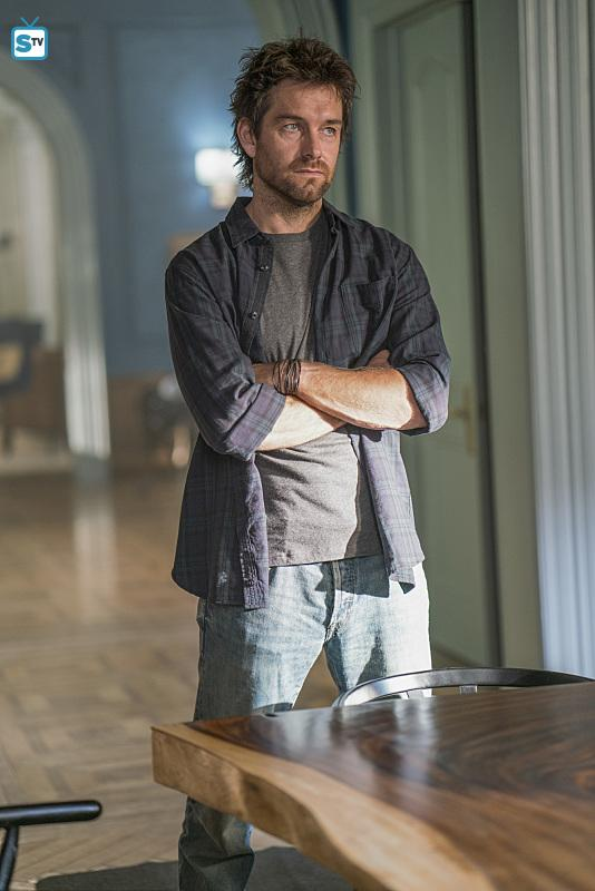 Antony Starr as Garrett Hawthorne in American गॉथिक