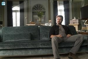 Antony Starr as Garrett Hawthorne in American 哥特式
