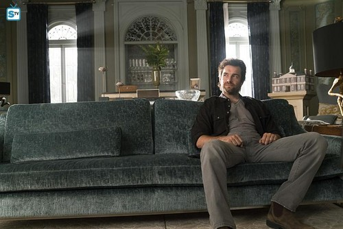 Antony Starr پیپر وال containing a couch, a sofa, and a living room entitled Antony Starr as Garrett Hawthorne in American Gothic