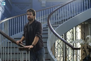 Antony Starr as Garrett Hawthorne in American Gô tích