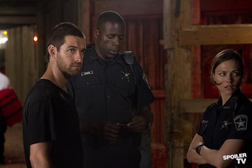 Antony Starr 壁纸 with a green beret, 迷彩服, and 疲劳 titled Antony Starr as Lucas 兜帽, 罩, 发动机罩 in 'Banshee'