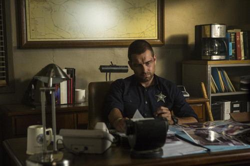 Antony Starr achtergrond possibly with a kitchen, a desk, and a writing bureau entitled Antony Starr as Lucas kap in 'Banshee'