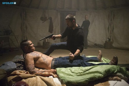 Antony Starr fond d'écran with a family room and a living room entitled Antony Starr as Lucas capuche, hotte in 'Banshee'