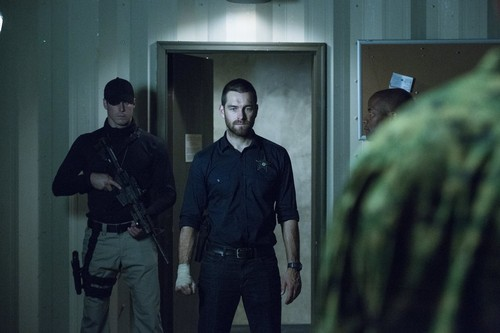Antony Starr Hintergrund with a green beret, kampfanzug, schlachtkleid, and schlacht-kleid called Antony Starr as Lucas haube in 'Banshee'