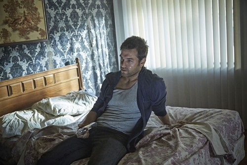 Antony Starr fondo de pantalla containing a bedroom, a twin bed, and a living room called Antony Starr as Lucas capucha, campana in 'Banshee'