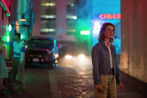 "Black Mirror achtergrond with a street, a business district, and a pelikaan crossing titled Black Mirror Season 3 ""San Junipero"" First Look"