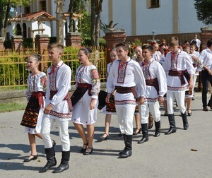 Romanian people traditional dress port maarufu