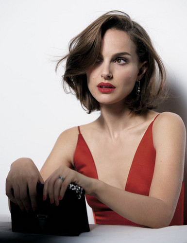 Natalie Portman fond d'écran with a portrait entitled Rouge Dior (2016)