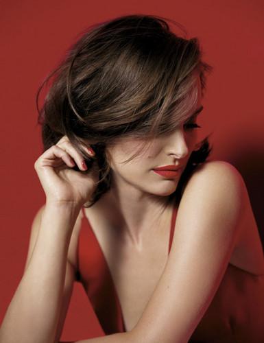 Natalie Portman karatasi la kupamba ukuta containing a portrait entitled Rouge Dior (2016)