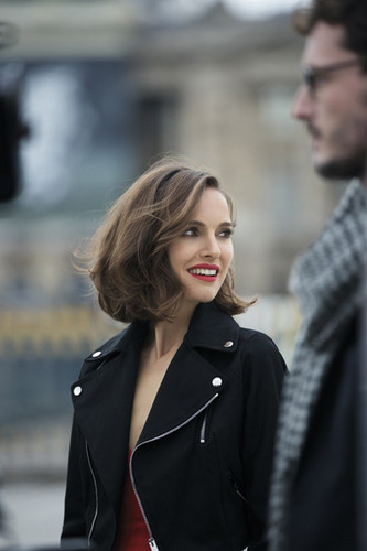 Natalie Portman fond d'écran possibly with a business suit and a well dressed person titled Rouge Dior (2016)