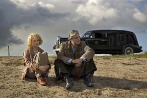 Carice وین Houten as Ellis de Vries and Derek de Lint as Gerben Kuipers