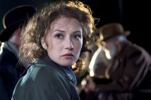 Carice busje, van Houten as Rachel Stein