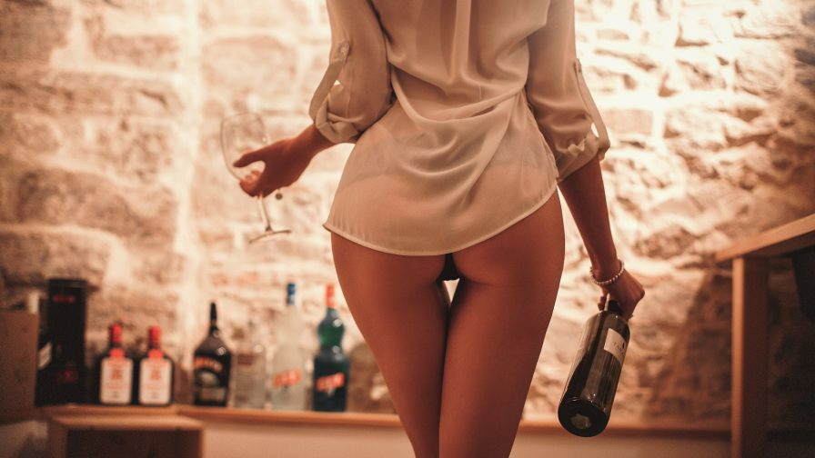 бутылка в стройной попе блондинки фото
