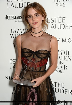 Emma Watson attends the Harper's Bazaar Women of the năm Awards 2016 at Claridge's Hotel on October