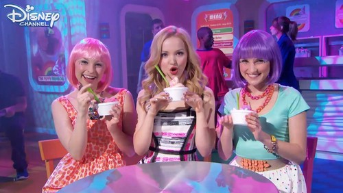 Liv and Maddie দেওয়ালপত্র titled Froyo Yolo