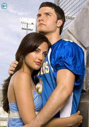 Minka Kelly as Lyla Garrity and Scott Porter as Jason straat