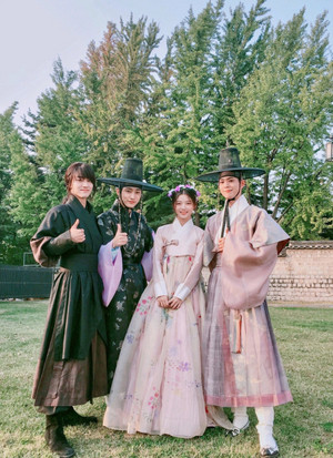 Moonlight Drawn sejak Clouds