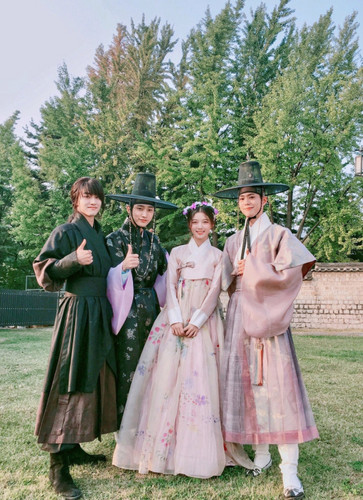 Drama Korea kertas dinding possibly with a kirtle and a polonaise entitled Moonlight Drawn sejak Clouds
