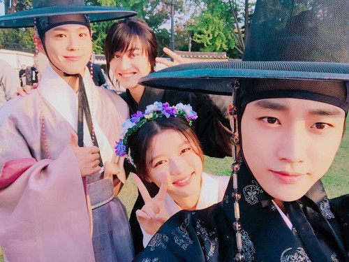 Drama Korea kertas dinding called Moonlight Drawn sejak Clouds