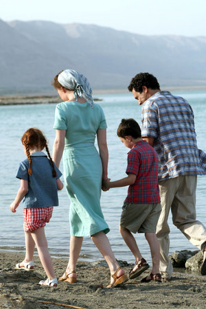 Roni Yedid, Tomer Agam, Oded Menashe and Carice van Houten as Rachel and her family