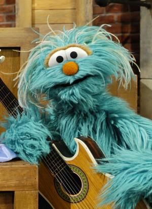 Rosita playing the गिटार